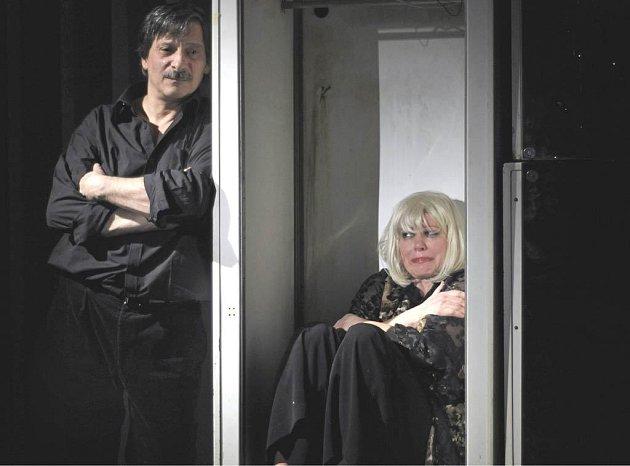 Kostas Zerdaloglu a Alena Sasínová-Polarczyk v inscenaci hry Kdo se bojí Virginie Woolfové