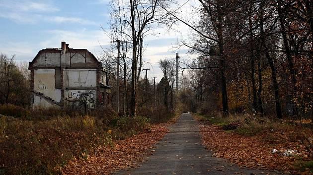 Ulice v této části Hrušova zůstaly, domy ale na nich už většinou nestojí. Při procházce tam návštěvník nejčastěji narazí na skládku nebo toulavého psa.
