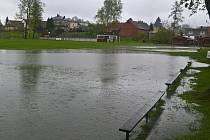 Zatopené fotbalové hřiště ve Skotnici hrající okresní přebor Novojičínska.