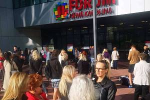 Evakuovaní lidé před OC Forum Nová Karolina, září 2019.