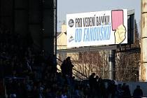 Červená karta fanoušků vedení Baníku Ostrava.
