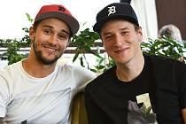 Petr Mrázek (vlevo) a Jakub Štěpánek jsou nejen dobří kamarádi, ale také švagři.