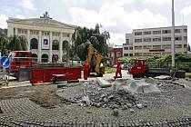 Kašna na Smetanově náměstí mezi Divadlem Antonína Dvořáka a studentským Kampusem Palace bude opravena a po dvou letech opět funkční.