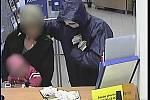Bezpečnostní kamerový systém GE Money zachytil lupiče i s oběma rukojmími.