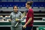 Karolína Plíšková a její trenérka Conchita Martínezová na tréninku českých tenistek před utkáním 1. kola Světové skupiny Fed Cupu proti Rumunsku, 6. února 2019 v Ostravě.