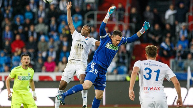 FC Baník Ostrava – MFK Karviná, v bílém Dame Diop, v modrém Martin Berkovec