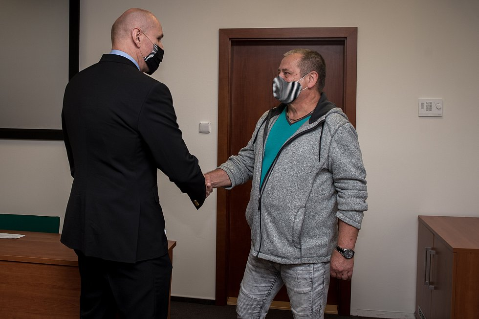 Dnes již bývalému strážníkovi Milanu Filipovskému (vpravo) předal ředitel Městské policie Ostrava Miroslav Plaček dárky jako poděkování za jeho dlouholeté působení v řadách strážníků.