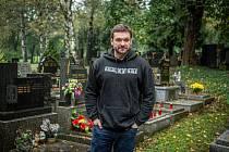 Herec Tomáš Novotný se rekvalifikoval na hrobníka, 14. října 2020 v Ostravě.