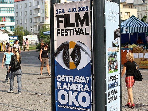 Na nový filmový festival vábí Ostravany také reklamní panely, které jsou k vidění v různých koutech města.