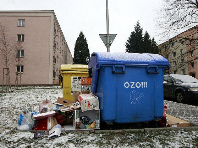 Snímek z uplynulého víkendu. Takto to vypadalo po vánočních svátcích u kontejnerů například v Ostravě-Výškovicích.