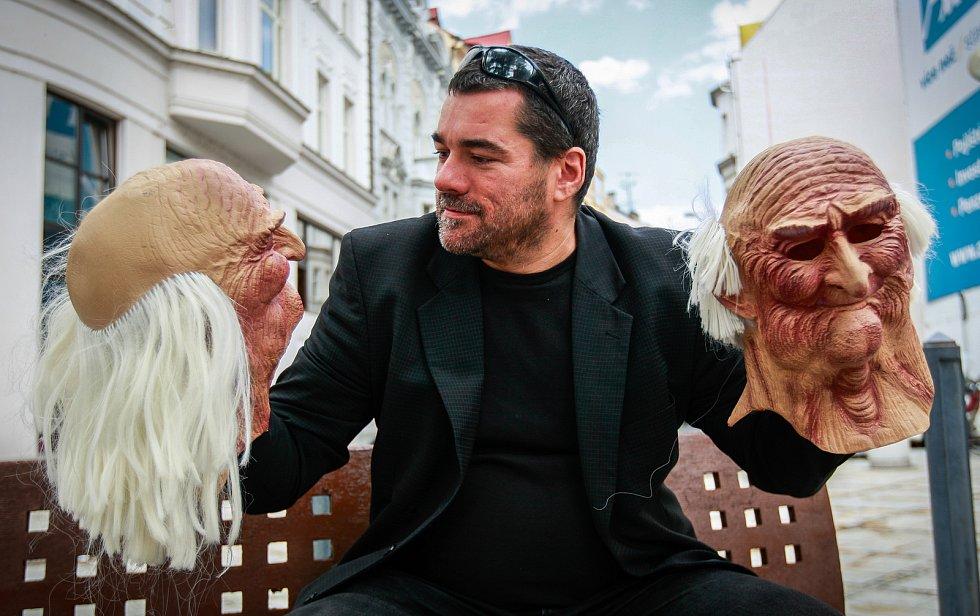Ostravský sportovní novinář Richard Šíma už čtrnáct let vystupuje v masce Artura Ropotáma jako fiktivní člen kapely Pražský výběr.