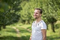 Zpěvák Martin Chodúr při fotografování pro Deník v Raškovicích.