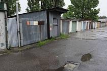 ČERNÁ STAVBA? Trnem v oku je některým obyvatelům Vítkovic plechová bouda v sousedním garážišti.