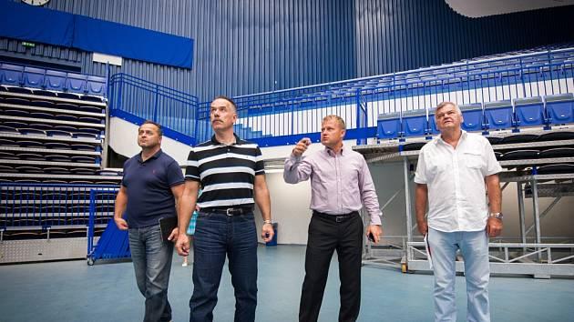 Neformální setkání se zástupci slovenské hokejové reprezentace v Ostravě. Účastníci: Aleš Pavlík, Petr Handl, Igor Nemeček, Vladimír Vůjtek, Otto Sýkora.