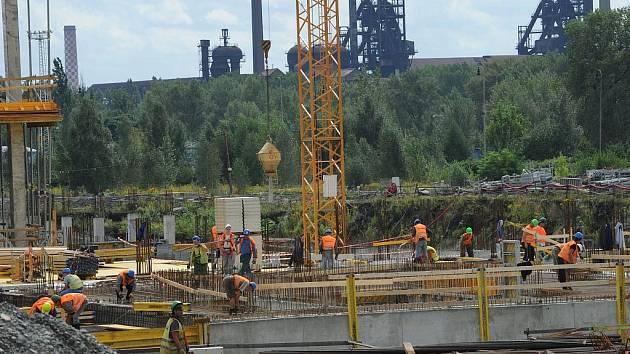 Výškové jeřáby a stovky dělníků proměňují území po bývalé koksovně na moderní centrum Ostravy.