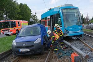Vyprošťování vozidla z kolejiště po střetu s tramvají v Ostravě.
