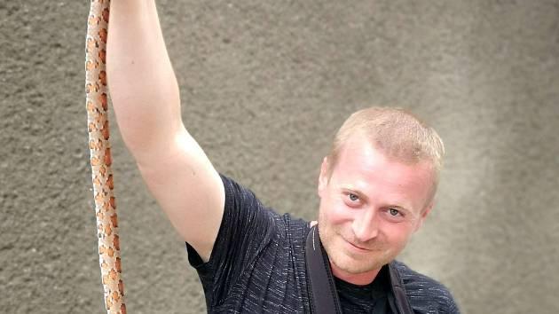 Fotograf hasičů Tomáš Lach je i expertem přes plazy, předvádí užovku z Muglinova.