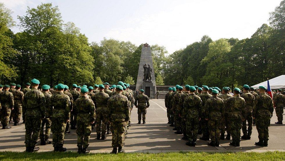 Kladení věnců k Památníku Rudé armády v Komenského sadech.
