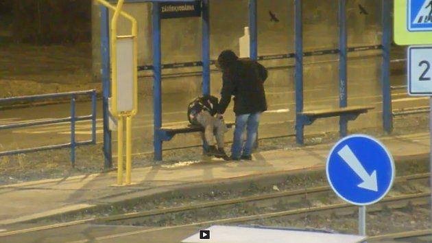 Okradení spící ženy na zastávce v Ostravě