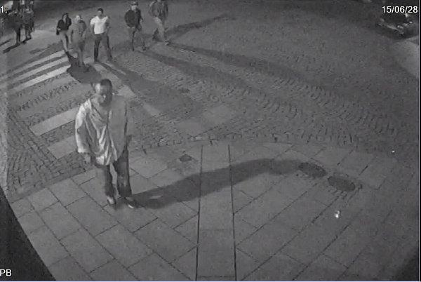 Policie zveřejnila snímky a video smužem, který se vdobě útoku kyselinou máselnou pohyboval uMulata Baru ve Stodolní ulici vMoravské Ostravě.