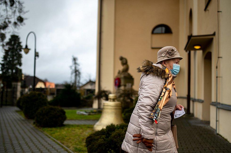 Mše svatá v kostele Nanebevzetí Panny Marie. Římskokatolická farnost Ostrava-Třebovice. 25. prosince 2020.