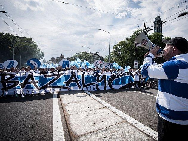Vsobotu ve tři hodiny zProkešova náměstí vyrazil pochod fanoušků Baníku, kteří pro poslední duel zrušili svůj bojkot domácích utkání.