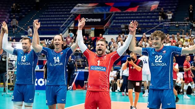 Čeští volejbalisté v pondělním osmifinále mistrovství Evropy v Ostravě porazili Francii 3:0. Radost hráčů v podání Jana Galabova, Adame Bartoše, Milana Moníka a Olivera Sedláčeka.