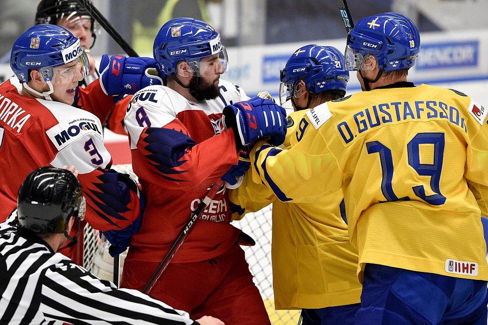 Mistrovství světa hokejistů do 20 let, čtvrtfinále: ČR - Švédsko, 2. ledna 2020 v Ostravě. Na snímku (střed) Libor Zabransky a Nils Hoglander.