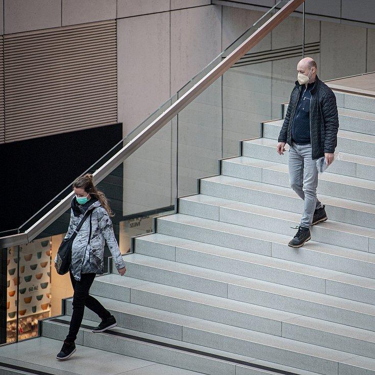 Lidé s respirátory v obchodním centru Forum Nova Karolina, 25. února 2021 v Ostravě. Kvůli koronavirové epidemii začala platit povinnost na frekventovaných místech nosit respirátor nebo dvě jednorázové zdravotnické roušky přes sebe.