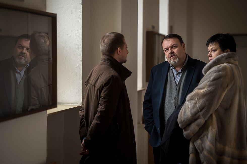 Daneš Zátorský (střed) u Krajského soudu v Ostravě, který je spolu s Davidem Rusňákem 31. ledna 2019 zprostil obžaloby z podílu na vytunelování ostravské záložny Unibon.
