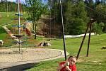 Skiareál Skalka nabízí zábavu i v létě - například atrakce pro děti jako jsou prolézačky, skluzavky, houpačky, trampolíny a další aktivity vhodné pro celou rodinu.
