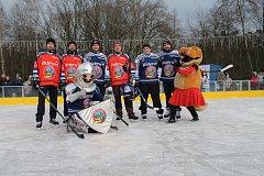 Tradiční hokejové exhibiční utkání pod otevřeným nebem zorganizovaly hokejové Vítkovice poprvé na Skalce u Ostravy.