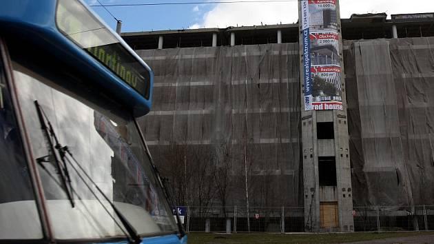 Skelet na ulici 28. října, který byl přes 20 let ostudou města, se nyní mění na devítipatrový objekt s kancelářemi, obchody a restaurací.