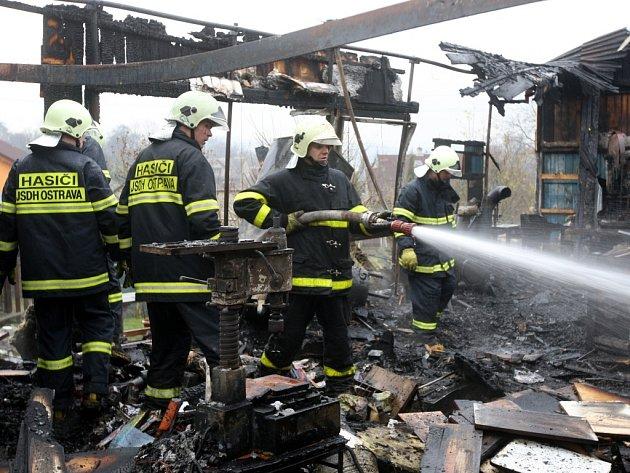 Jen trosky zůstaly ze stolárny v Ostravě-Petřkovicích, kterou v pátek 12. prosince dopoledne zachvátil velký požár. Když přivolaní hasiči dorazili na místo, objekt na Koblovské ulici byl již celý v plamenech.