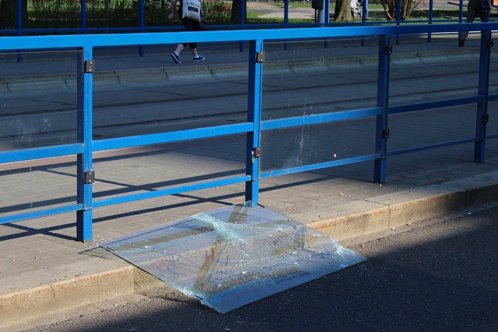 Vandalismus stojí DPO každoročně přes pět a půl milionu korun plus další náklady na jeho odstranění. Nejčastějšími prohřešky jsou sprejerství a poničená či rozbitá skla.