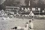 V Krásném Poli bylo v roce 1930 otevřeno první koupaliště. Spolu s ním Jan Honajzer otevřel i sezonní pohostinství. Na snímku v období 1. republiky.