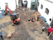 Historickou, asi osm metrů hlubokou studnu objevili v pondělí dělníci při výkopu na nádvoří zámku v Klimkovicích.