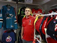 JAN FILIP ve své prodejně u terminálu Hulváky.