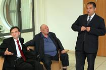 Král olašských Romů Jan Lípa (uprostřed) odmítl, že by kryl zločiny jiných Romů. Nevinen se cítí také korunní princ olašských Romů Josef Stojka (vpravo). Podle obou došlo k nedorozumění a omylu. Kdo má pravdu, musí rozhodnout soud.