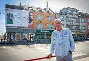 Na fotografii Petr Becher a v pozadí jeho dům.