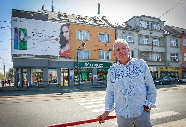Na fotografii Petr Becher a vpozadí jeho dům.