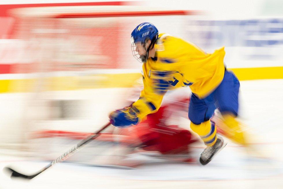 Mistrovství světa hokejistů do 20 let, čtvrtfinále: ČR - Švédsko, 2. ledna 2020 v Ostravě. Na snímku (střed) Lucas Raymond.