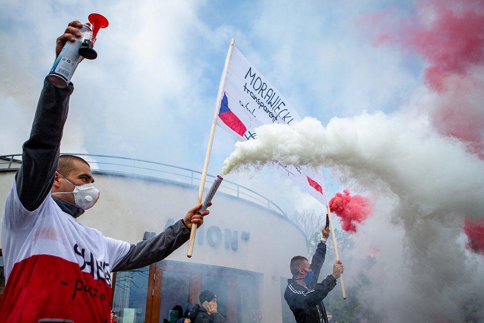 Lidé z příhraničí 3. května 2020 v Českém Těšíně i sousedním polském Těšíně protestovali proti uzavřené hranici, která rozdělila mnohé rodiny a řadě lidí znemožnila dojíždění za prací. Protest se uskutečnil podruhé a lidé vybaveni transparenty prošli mezi