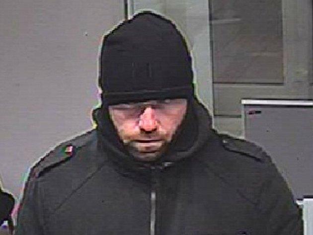 Lupiče, který přepadl 2. ledna 2013 pobočku Komerční banky, na záznamu kamery.