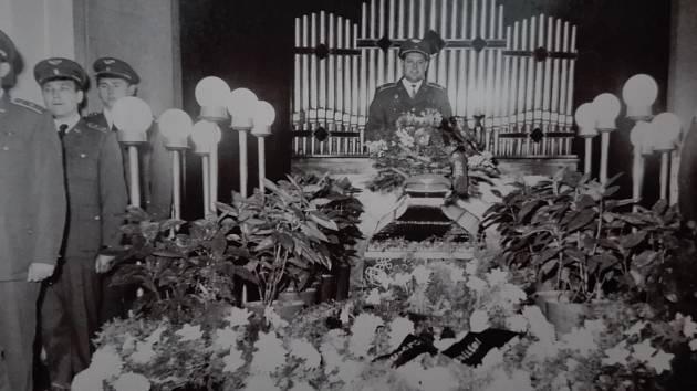 Pohřeb majora Jiřího Modra, podle rodiny oběti invaze.
