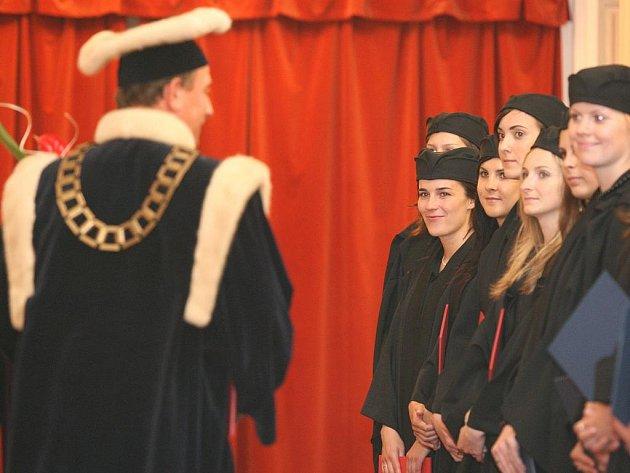 Studenti Pedagogické fakulty Ostravské univerzity v uplynulých dnech slavnostně zakončili svá studia.
