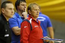 Po dvoudenním maratonu zápasů si došel český výběr trenéra Vlastimila Bartoška (na snímku v červeném) pro stříbro. Snímek z futsalového mistrovství Evropy hasičů v Ostravě.