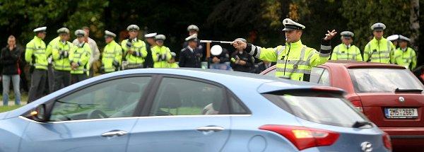 Dopravní policisté soutěžili, kdo umí nejlépe řídit křižovatku, jízdu zručnosti a předpisy.