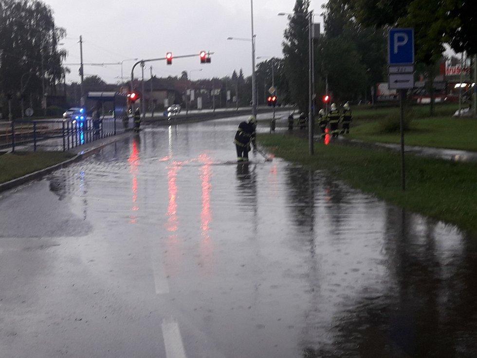 """Dobrovolní hasiči z Ostravy-Pustkovce například vytahovali """"utopený"""" osobní automobil Audi s moravskoslezskou registrační značkou, který vjel do vodní laguny, vytvořené na křižovatce Martinovské a Provozní ulice a jejich okolí."""