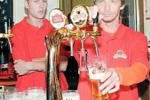 Obránce Baníku Radim Řezník (vlevo) sleduje, jak se podaří načepovat pivo záložníku Rudolfu Otepkovi. Podle porotců z řad štamgastů ale dokázal mladý bek natočit hezčí ostravar v restauraci U Helbicha i poté v bowling klubu Nagano 98. A pak že rozhodují z